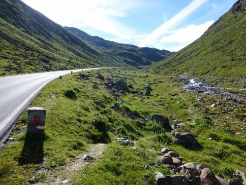 Der Weg führt uns hier an der Paßstrasse entlang